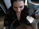 Amateurvideo Victoria in der Küche angepisst von Victoria_Muc