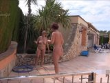 Amateurvideo 2 nackte Schlampen spielen mit dem Schlauch von ActionGirl