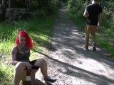 Amateurvideo Public Piss auf dem Waldweg von BonnieStylez